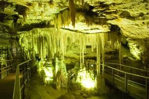 As formações de estalagmite e estalactite da Gruta Rei do Mato são raras em todo o mundo
