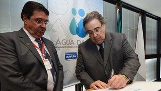 Alberto Pinto Coelho assina ordens de serviços para o saneamento em Minas