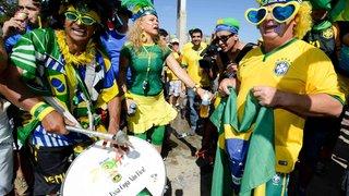 Mistura de sotaques marca clima da torcida brasileira na partida deste sábado