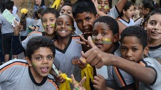 Emoção e muita torcida na estreia do Brasil na Liga Mundial de Vôlei para 2 mil alunos da rede estadual