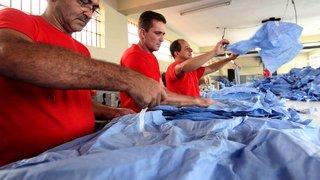 Detentos fabricam jalecos para centro cirúrgico em presídio de Divinópolis