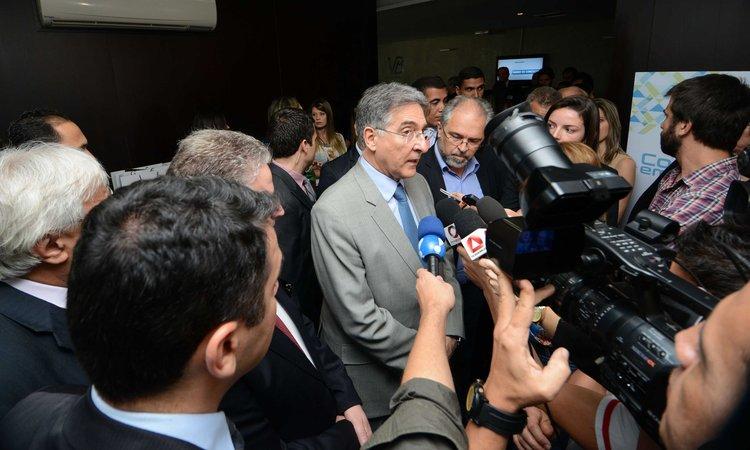 Pimentel defende ajustes na economia e destaca a democracia no Brasil